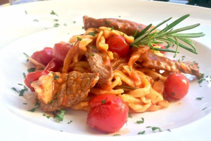 Hausgemachte Pasta mit Steakstreifen und Rosmarin