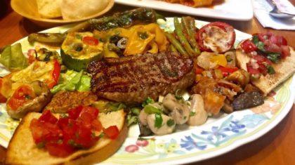 Bistecca vom Grill mit hausgemachten Antipasti und Bruschetta