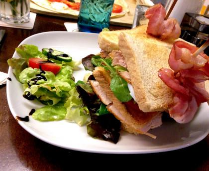 Club-Sandwich mit Speck