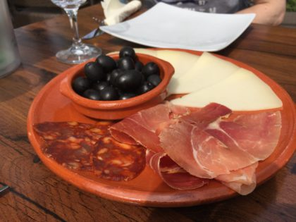 jamon, queso, chorizo y aceitunas (Schinken, Käse, Chorizo u. Oliven)