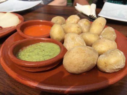 patatas arugadas con mojo rojo y verde (kanarische Kartoffeln mit roter und grüner Mojo)