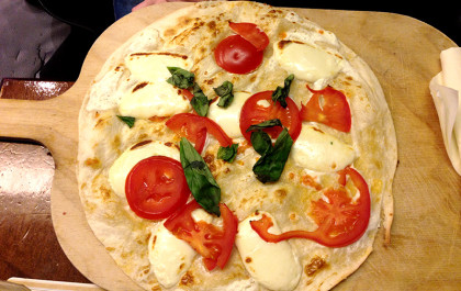 Flammkuchen mit Mozzarella Tomaten