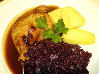 Entenkeule mit Rotkohl und Kartoffeln