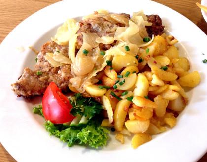 Thüringer Rostbrätl mit Bratkartoffeln und Schmelzzwiebeln